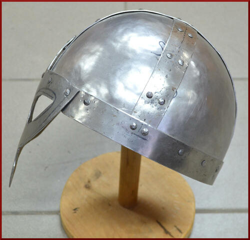 Brillenhelm von links